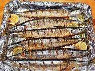 Печена риба скумрия с марината от горчица, оцет, олио и захар на скара или фурна под фолио